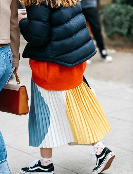 Así se lleva la prenda del momento: la falda midi plisada