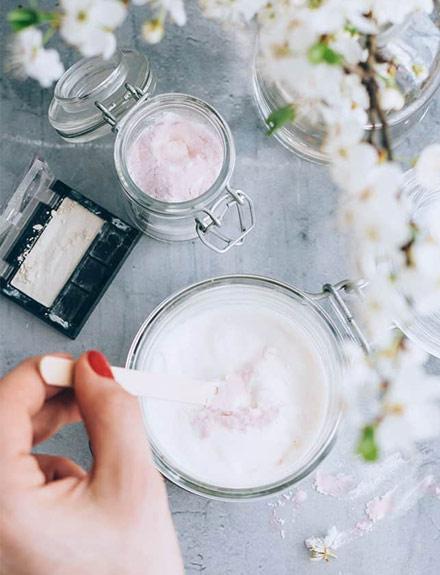 Cómo hacer tu propia crema hidratante con brillo o bronceadora
