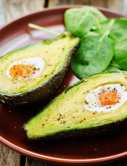Aguacate con huevos al horno, una cena fácil y saludable para cuando no hay ganas de cocinar