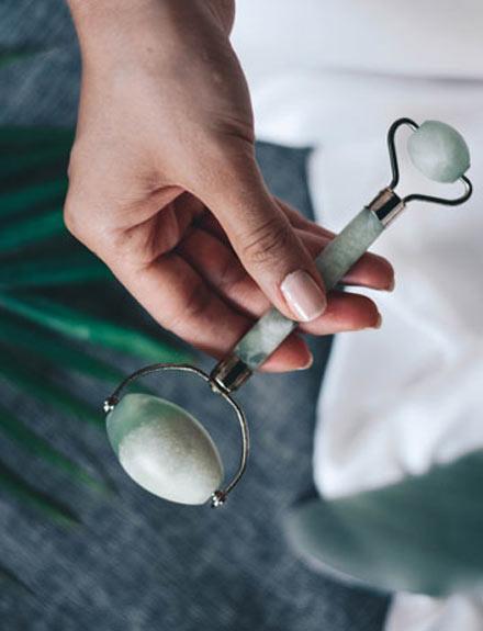 ¿Qué es el rodillo de jade? Te contamos todos los secretos de este utensilio de belleza